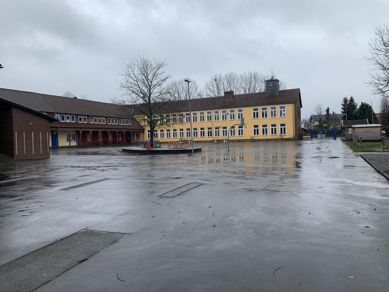 Schulhof Eingang hinten links!